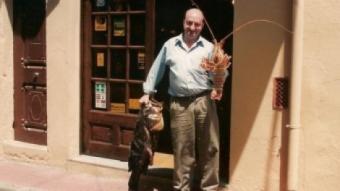 """Jordi Budó, davant la porta del seu establiment, Can Toni. JOSEP """"SE"""" ANDÚJAR"""