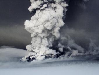 Columna de fum i cendres del volcà Grímsvoetn a la glacera Vatnajokull, al sud-est d'Islàndia. REUTERS