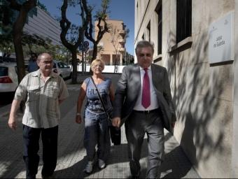 Els familiars dels desapareguts i el seu advocat, Pere Sutil (a la dreta), a punt d'entrar ahir a la tarda al jutjat de guàrdia on van posar la denúncia J. C. LEÓN