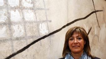 La candidata socialista i alcaldessa de l'Hospitalet, davant del quadro que penja del seu despatx de l'Ajuntament. ORIOL DURAN