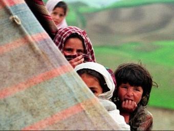 Xiquets i xiquetes afganesos a les portes d'una tenda de campanya. ARXIU