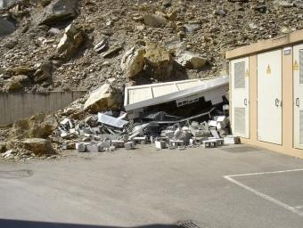 Imatge de la caseta de subministrament destrossada per l'esllavissada EL PUNT