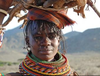 Una dona africana objecte dels programes d'ajut en els quals col·labora LUPO.  L'ECONÒMIC