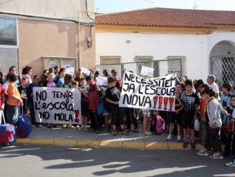 Protesta d'alumnes i pares davant el vell centre escolar d'Almenar, que ha quedat petit. ROGER SEGURA / ACN
