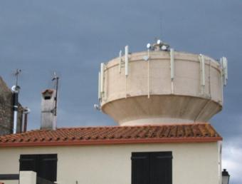 Les antenes de telefonia col·locades sobre el dipòsit d'aigua al centre del poble de Vilanova de Rao. UMPLO