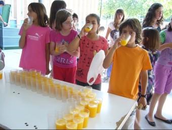 L'alumnat pren el suc de taronja a l'hora del pati. ARXIU