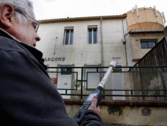 Pierre Le Ruz neuròleg director del Centre de recerques i d'informació independents sobre les ones electromagnètiques prenent mesures sobre la radió de les antenes a Vilanova de Raò. UMPLO
