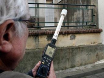 Pierre Le Ruz neuròleg i director del Centre de recerques i d'informació independents sobre les ones electromagnètiques prenent mesures a Vilanova de raò. UMPLO