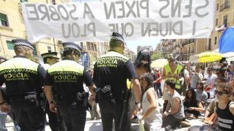 Indignats fent soroll a la plaça de la Font de Tarragona D.B. / TJERK / ALBERICH FOTÒGRAFS