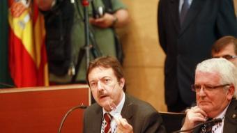 El cap de llista del PSC i exalcalde de Badalona, Jordi Serra, durant la seva intervenció al ple d'ahir. A.P