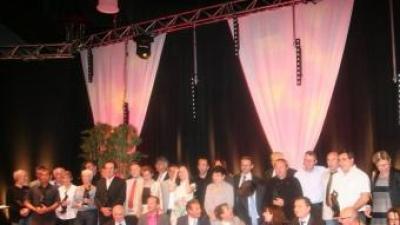 La imatge de grup amb els vinyaters premiats, organitzadors i representants institucionals. JEAN-MARIE ARTOZOUL