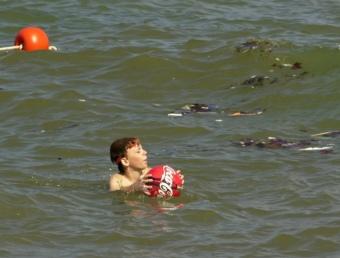 Un nen nedant entre brossa a El Masnou. LLUÍS SERRAT