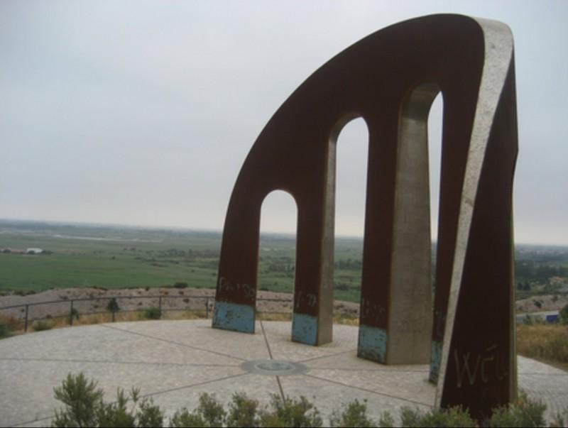 El monument de la Porta dels Països Catalans, estratègicament situat perquè es vegi des de l'autopista, la carretera i la via del tren. EL PUNT