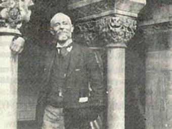 Raymond Lacvivier al claustre d'Elna. COL·LECCIÓ AUSIÀS VERA)
