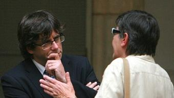 Carles Puigdemont escolta Anna Pagans. Manel Lladó