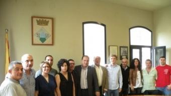 Els tretze regidors de l'Ajuntament d'Arbúcies amb Pere Garriga, al mig, alcalde escollit per l'Entesa. EL PUNT