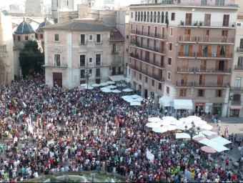 Aspecte de la marxa d'ahir a València, amb un riu de gent encara accedint a la plaça de la Mare de Déu pel carrer Micalet REDACCIÓ
