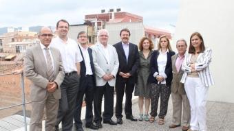 Jordi Serra, ahir, enmig del govern a l'ombra format pels nou egidors del grup municipal del PSC. S. MUÑOZ
