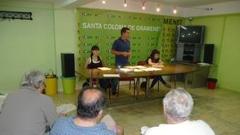 Siscu Sánchez, entre Alexandra Sevilla i Raquel Galera, les altres dos regidores d'ICV-EUiA ahir a la nit, durant l'assemblea de militants I. M