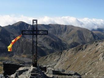 La Creu al cim del Canigó on el llamp va causar la mort d'un excursionista. EL PUNT