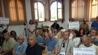 Veïns de Dosrius , escenificant en el ple el seu rebuig a l'augment de sou de l'alcalde, Josep Jo (PSC). LL.A