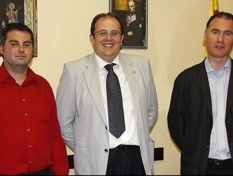 D'esquerra a dreta, el número 2 del PP, Juanjo Almansa, l'alcalde Estanis Fors i el regidor del Bloc, Àlex Acero. X. SALVANYÀ
