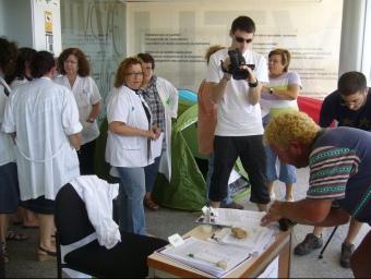 Un usuari firma el text de la moció que la junta de personal de l'hospital presentarà a l'Ajuntament. L.M