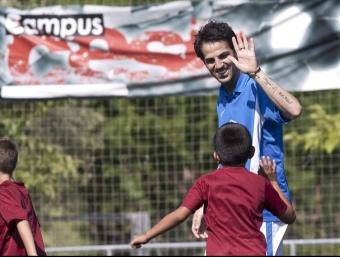 Cesc Fàbregas felicita un nen en el seu campus d'estiu. /  EFE