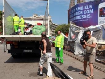 Un dels acampats començant a treure material ahir al matí de la plaça ANDREU PUIG