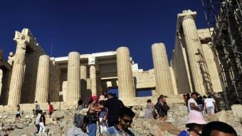 Grups de turistes es disseminen per visitar les joies arqueològiques de l'Acròpolis d'Atenes LOUISA GOULIAMAKI / AFP