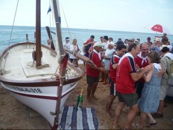 Un moment del bateig de la Madrona, ahir al matí, a la platja de Pineda de Mar. LL.M
