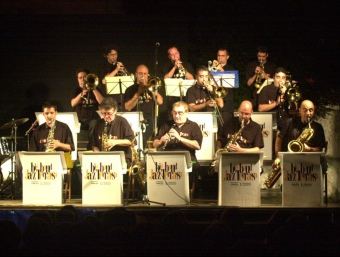 Actuació de la Big Band de Terrassa l'any 2002 al pati de Can Comas de Pineda i dins els Acords d'Estiu. Q. PUIG