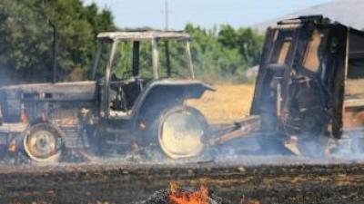 El tractor i la màquina d'embalar, totalment cremats en un camp situat entre el Mas Pere i el Mas Buscà, a Palau-Sator. MANEL LLADÓ