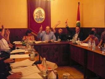 Els regidors del govern i el regidor del Bloc Municipal, Àlex Acero, ( a l'esquerra) votant a favor de les retribucions. E.F