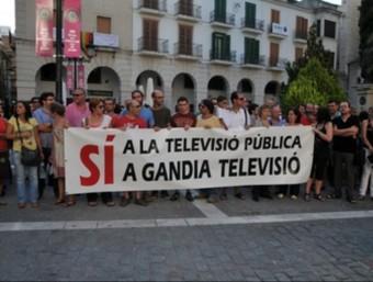 Manifestació a favor de la televisió de Gandia a les portes de l'Ajuntament. ARXIU