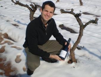 Ramon Roqueta mostrant una ampolla de 'LaFou de Batea' un dels vins destacats a la llista de Robert Parker. EL PUNT