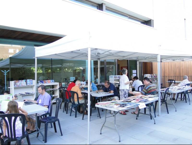 Els usuaris de la biblioteca han d'estar-se al carrer perquè no es pot engegar l'aire condicionat. T.M