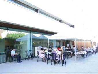 Imatge d'ahir del servei de biblioestiu fora de la biblioteca de Pineda. T.M