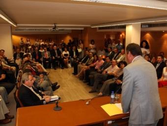 El nou president del Segrià, Pau Cabré, es dirigeix al consellers ahir en la seva presa de possessió. LAURA CORTÉS / ACN