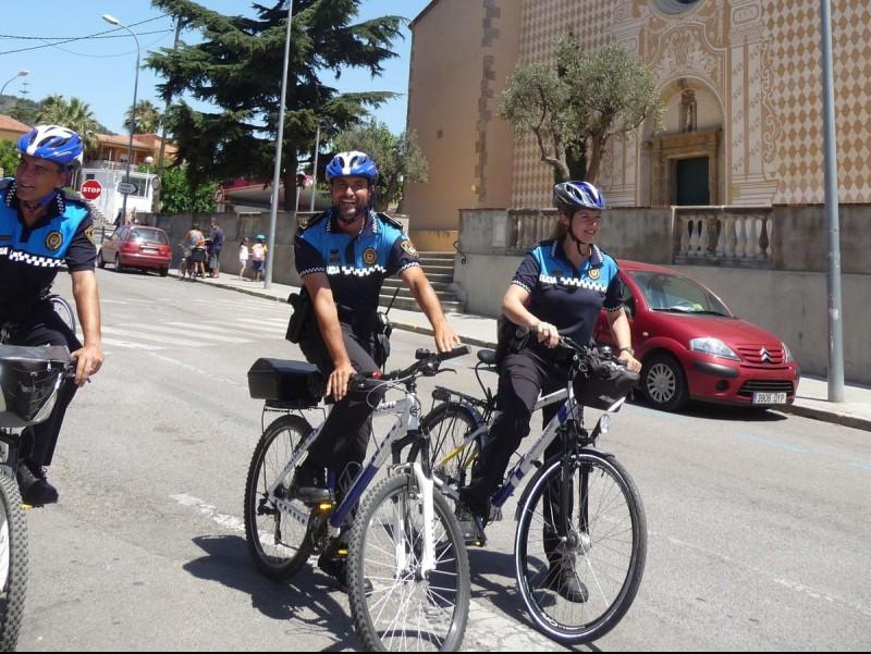 Agents de la policia local patrullen pel centre de Pineda amb les bicicletes cedides per la Diputació. T.M