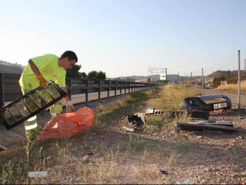 Recollida de restes del vehicle sinistrat divendres a la carretera a la C-16 a l'alçada de Sallent MAR MARTÍ /ACN