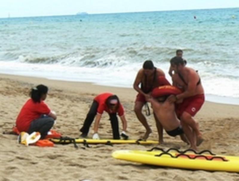 Simulacre de salvament aquàtic a la platja dels Pescadors