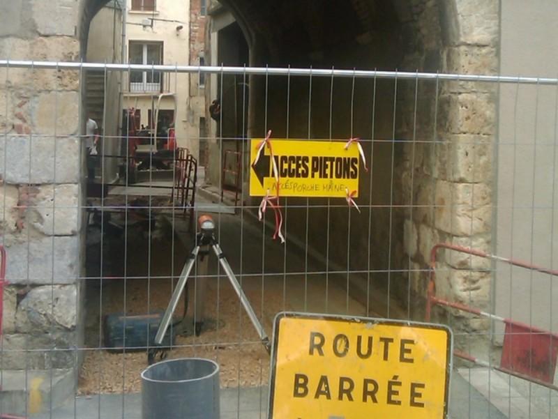 Els treballs de renovació, amb l'excavació d'una rasa, ja han començat al porxo del segle XVII A.R