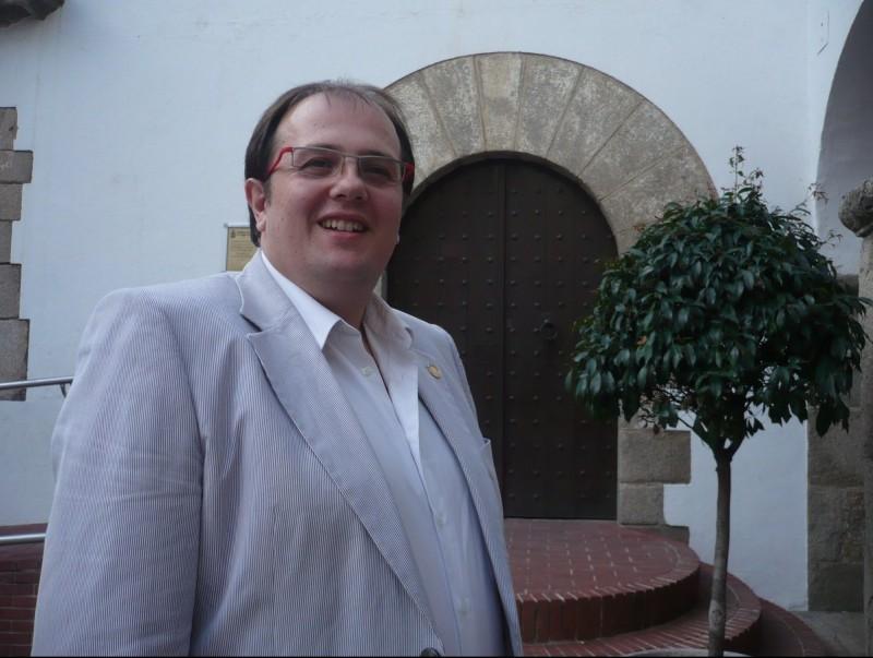L'alcalde, Estanis Fors fotografiat a l'entrada de l'Ajuntament que encapçala des de les passades eleccions. ELENA FERRAN