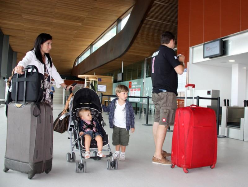 Passatgers facturant per viatjar a Eivissa LAURA CORTÉS / ACN