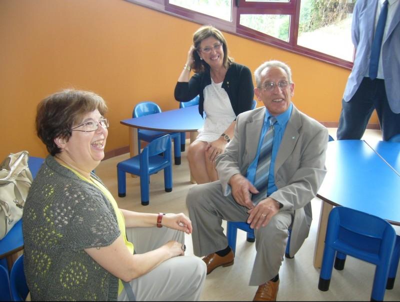 La consellera , al fons, visitant la llar d'infants, amb l'alcalde i la directora de Suara. M.V