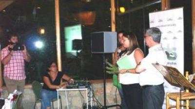 Imma López, ànima del projecte, recull el guardó que li ha estat atorgat a Serrania TV pel CELS. ESCORCOLL
