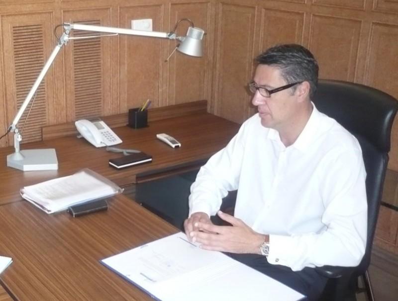 El nou alcalde de Badalona, treballant al seu despatx fa unes setmanes . J.G