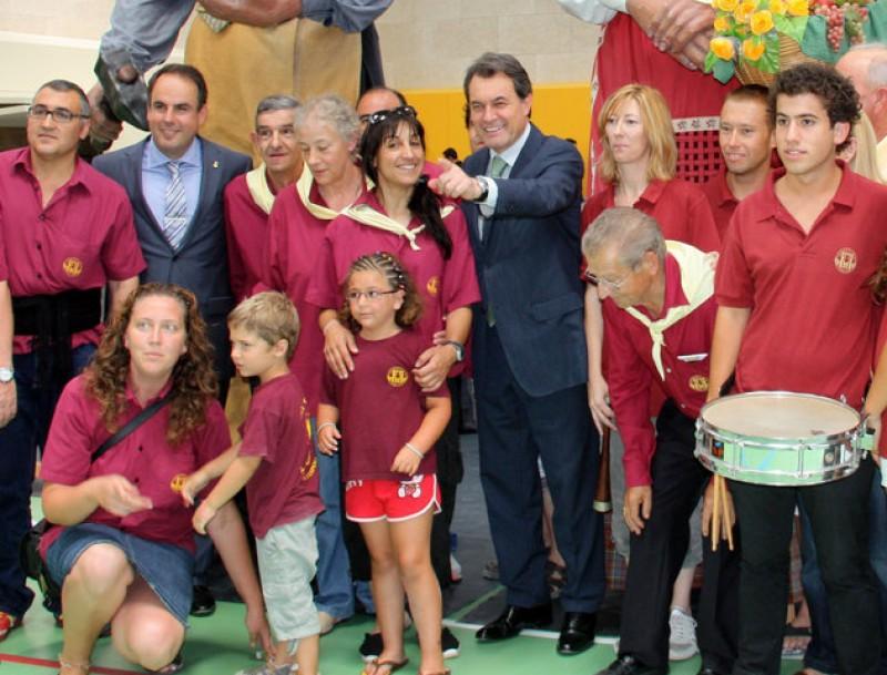 El president de la Generalitat, Artur Mas, amb la colla gegantera de la Torre de Claramunt MARIA BELMEZ / ACN