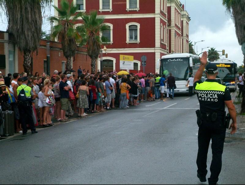 Centenars de passatgers esperen per accedir al autobusos habilitats per Renfe, avui a Mataró ACN